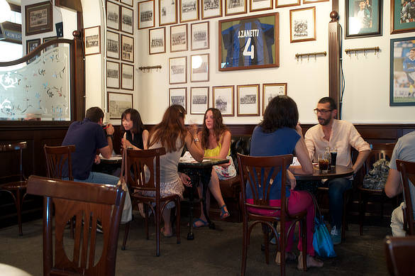 People exchanging Italian and English at Franglish in Milan